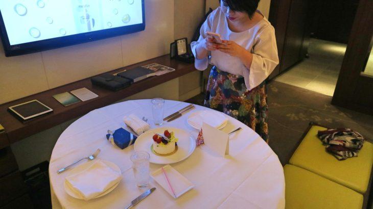 パレスホテル東京のインルームダイニングで結婚記念ケーキをプレゼント!