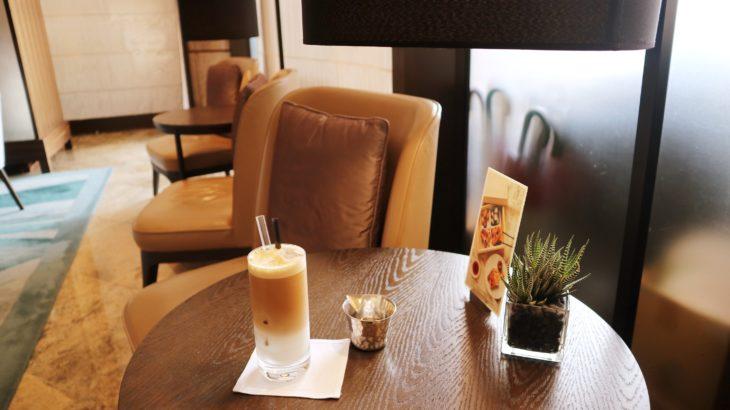 グランドハイアット台北のロビーラウンジでカフェラテを飲む