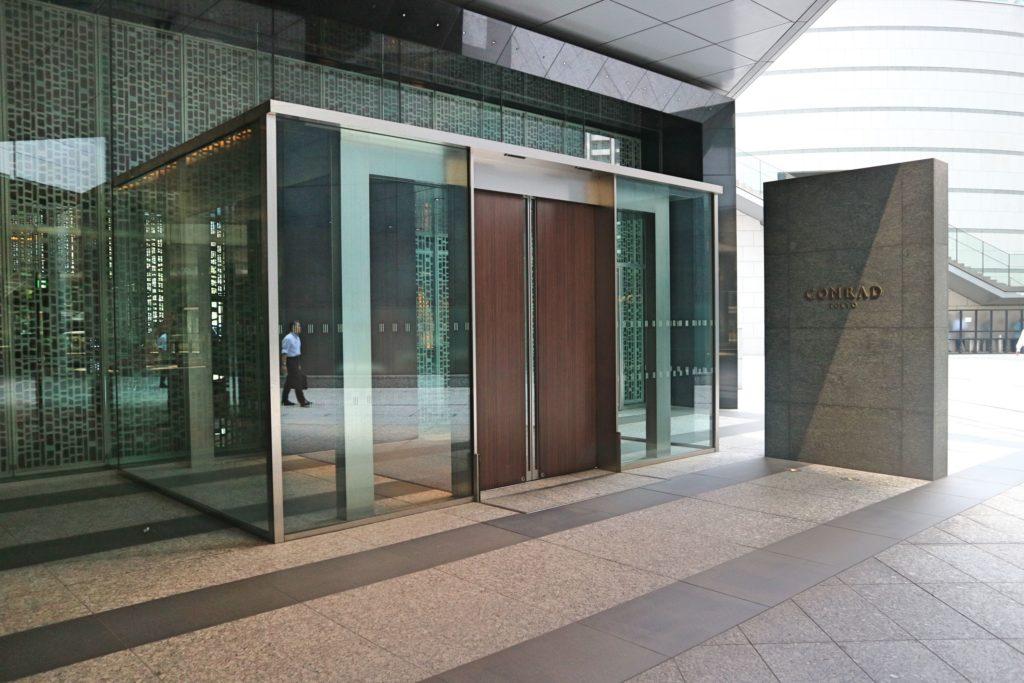 コンラッド東京の入り口