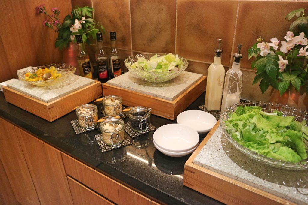 コンラッド東京ラウンジのサラダ
