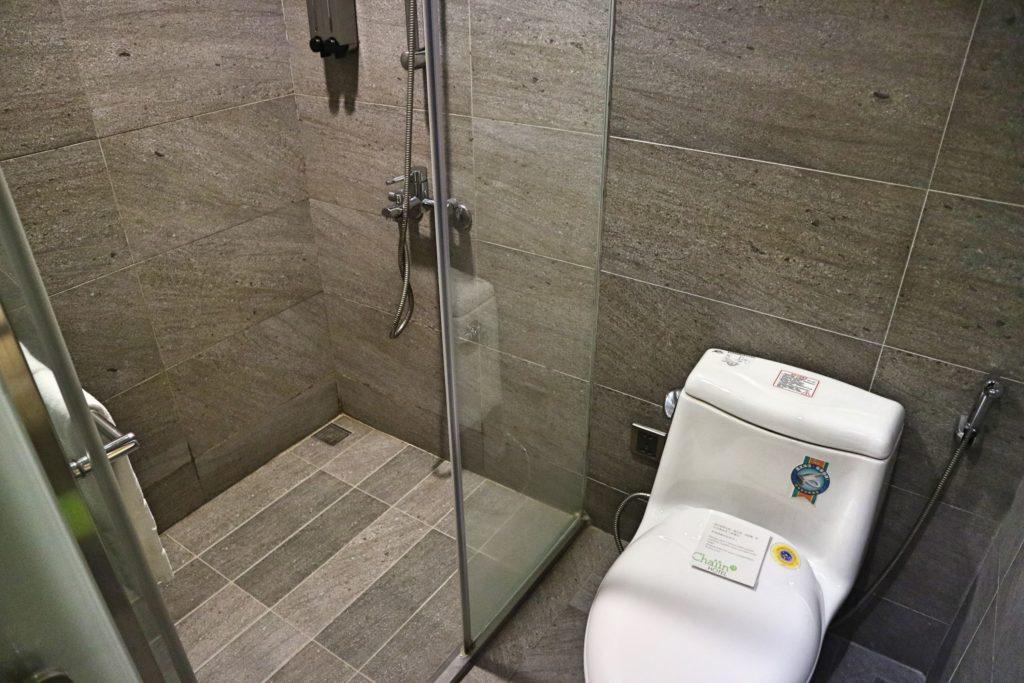 チェイインホテルのシャワールームとトイレ