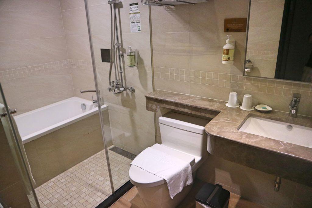 アズーレホテルのトイレとバスルーム